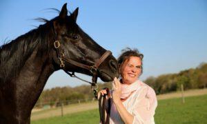 schwrzes Pferd flüstert ins Ohr der Trainerin, Pferdecoaching, Pferdetraining, Führungskräftetraining, Persönlichkeitsentwicklung